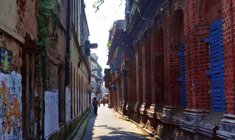 Image of an alley in the daytime where the author presumably walks in her night dress.