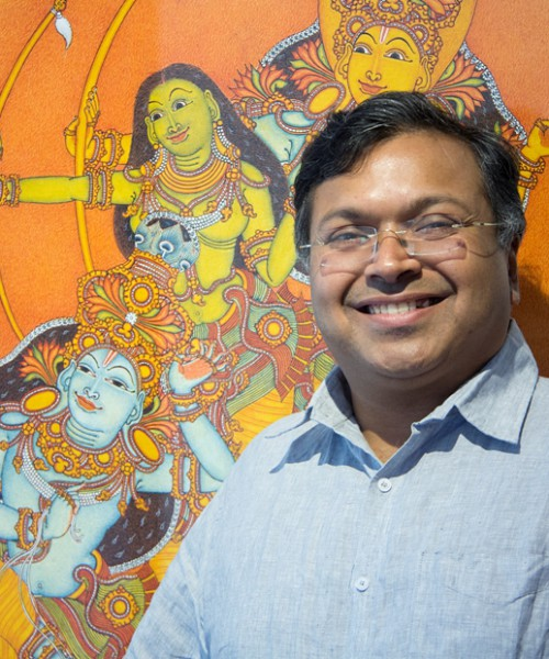 Photo of Devdutt Pattanaik, with Shikhandi on Krishna's chariot in the background.