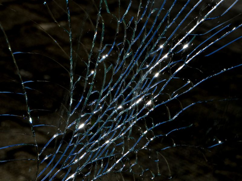एक टूटे हुए शीशे की तस्वीर। इस तस्वीर में शीशे के धारें दिखाई पड़ रही हैं।